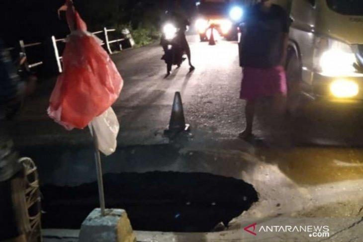Hati-hati, Jembatan di jalan nasional Desa Kapuh HST ambruk