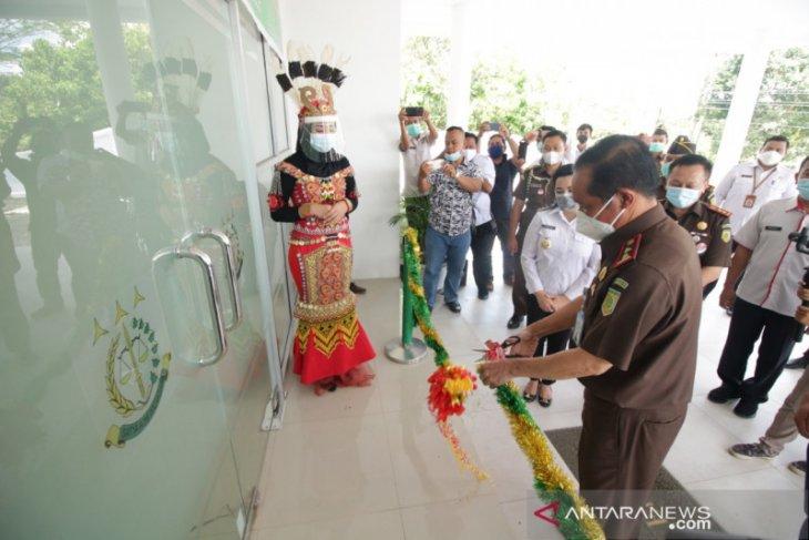 Bupati Karolin dan Kajati Kalbar resmikan renovasi kantor kejari