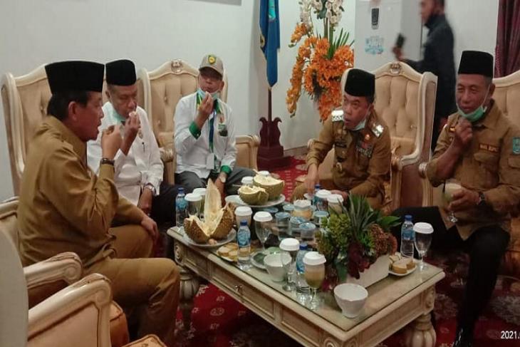 Gubernur Fachrori pamitan di Merangin, Bupati Al Haris suguhkan durian