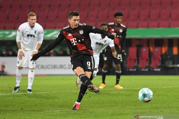 Penalti Lewandowski amankan kemenangan Bayern di markas Augsburg