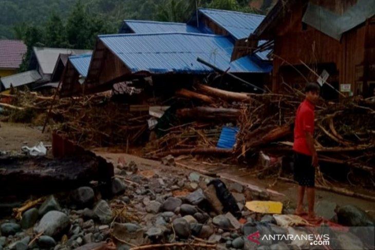Masyarakat pedalaman di HST masih terisolir karena tanah longsor
