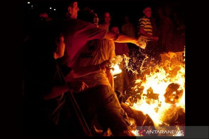 Seorang pria nekat bakar diri di depan kantor pemerintahan pusat Belarusia