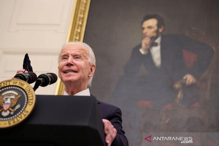 Biden akan mempertahankan Christopher Wray sebagai direktur FBI