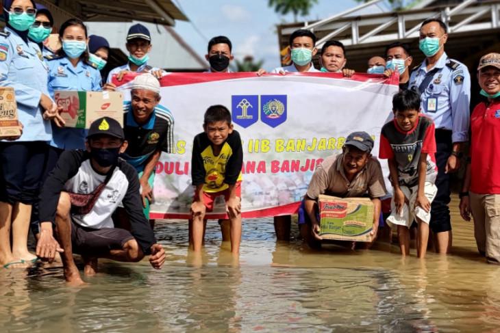 Pegawai Lapas Banjarbaru bantu korban banjir di Sungai Alat
