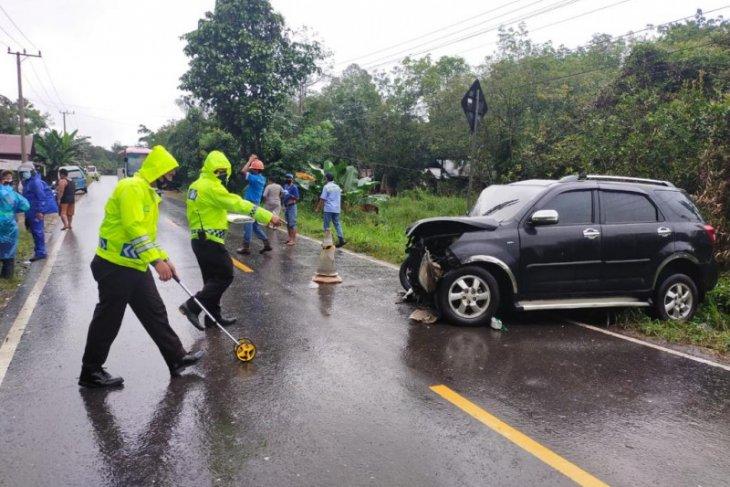 Mobil Terios vs Hiace, satu orang meninggal dunia