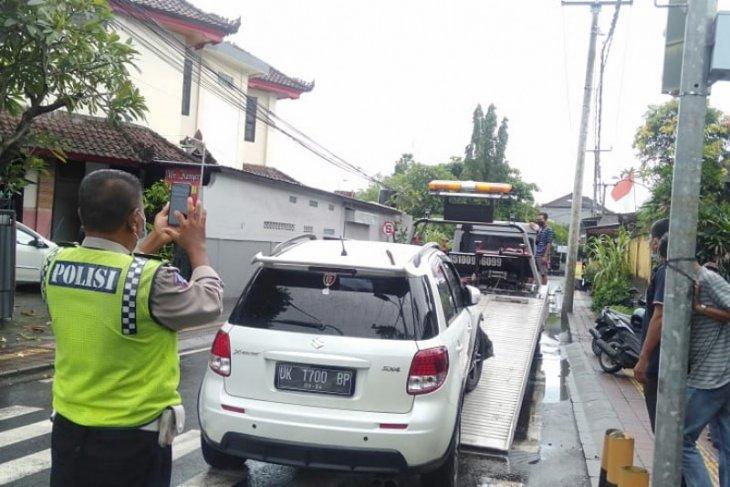 Di Bali, Ambulans bawa tiga pasien COVID-19 alami kecelakaan