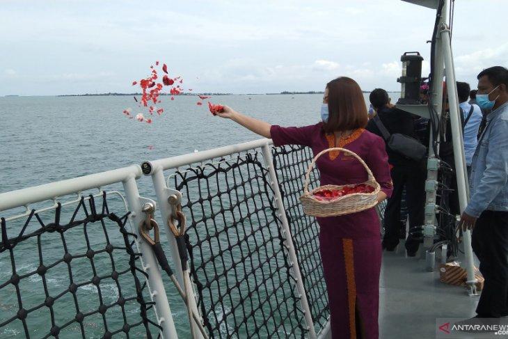 Keluarga korban kecelakaan SJ-182 tabur bunga di Kepulauan Seribu