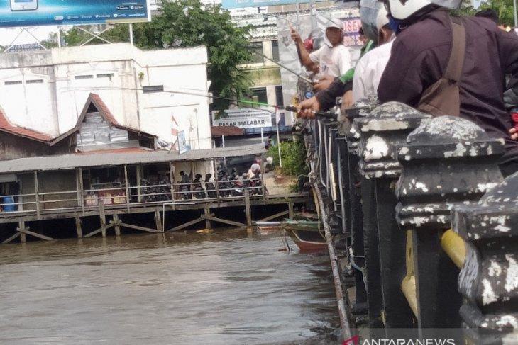 Warga Banjarmasin ramai-ramai memancing ikan lepas akibat banjir di sungai Martapura