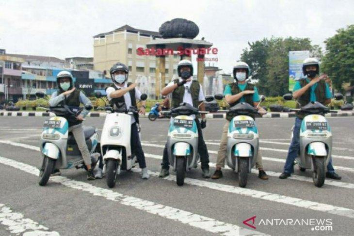 Motor listrik mengaspal di Belitung, dimana pun bisa isi baterai