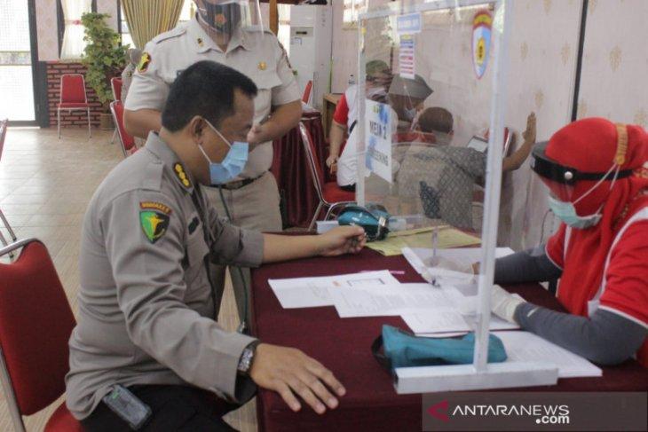 Tenaga kesehatan Polda Gorontalo menjalani vaksinasi COVID-19