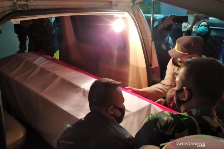 Coffin of fallen soldier arrives in Bandung for burial
