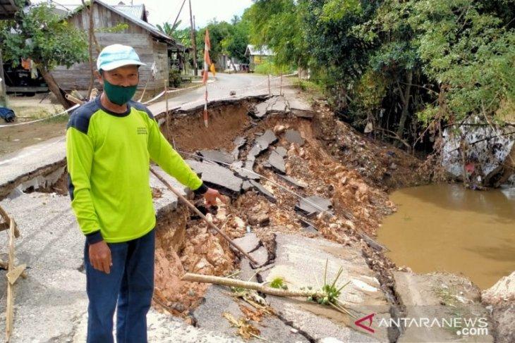 Jalan amblas di Ilung Pasar Lama, HST diharapkan cepat diperbaiki, ditakutkan meluas ke rumah warga