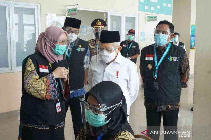 Wakil Presiden Maruf Amin menerima suntikan vaksin  Sinovac