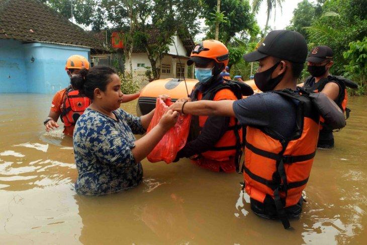 Tanpa APBD, semua pihak bergerak menangani  banjir di Jember