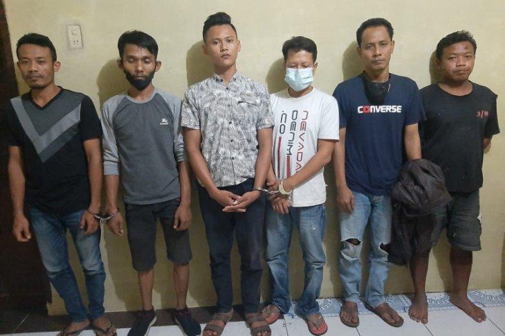 Polsek Binjai Timur tangkap enam orang laki-laki sedang memakai sabu-sabu