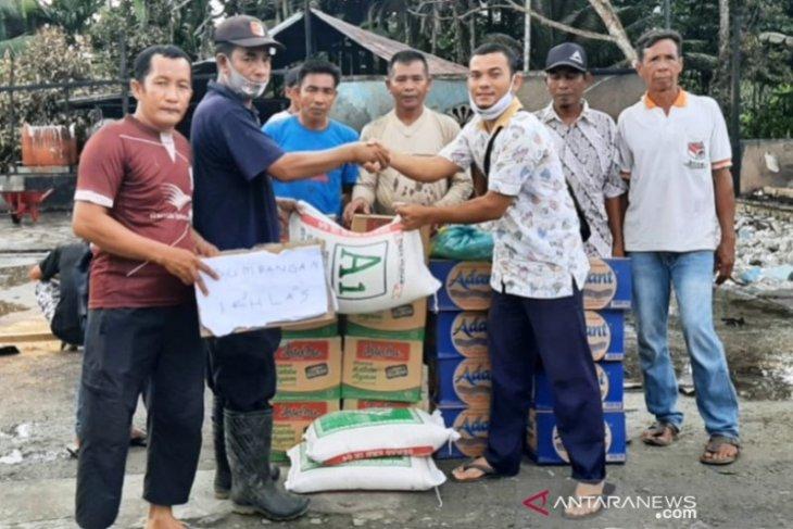 Anggota DPRA bantu korban kebakaran di Simeulue