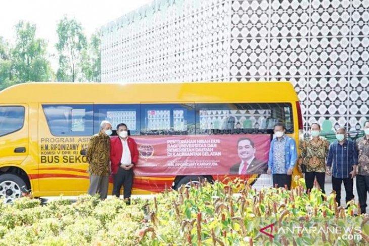 ULM terima dua bus sekolah program aspirasi DPR