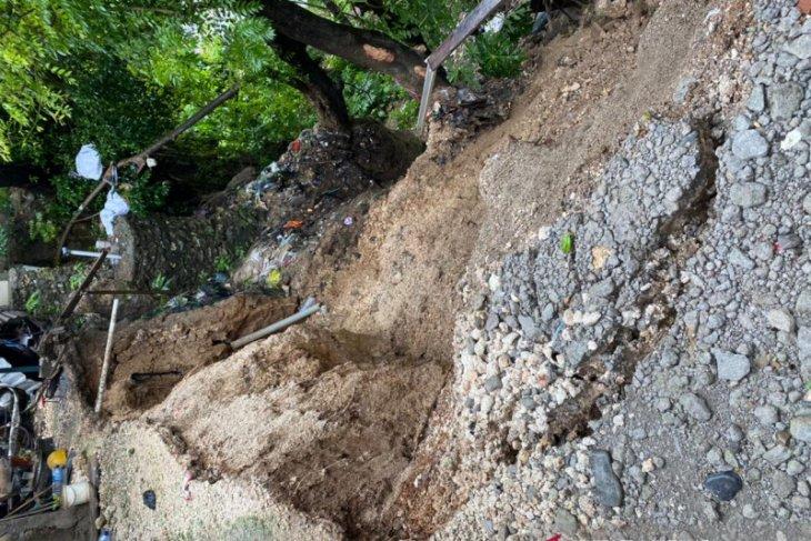 Sepasang suami istri meninggal tertimpa batu besar