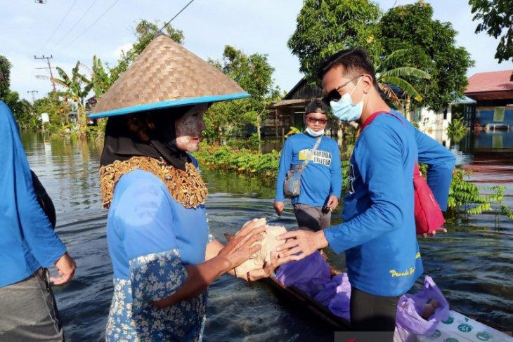 KNPI Batola bagikan nasi di kawasan banjir terparah
