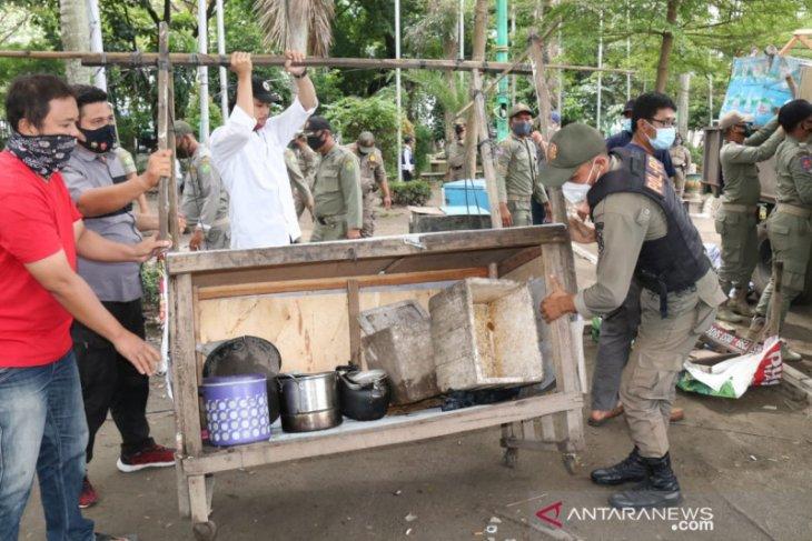 Satpol PP Medan tertibkan pedagang kaki lima di  Lapangan Merdeka