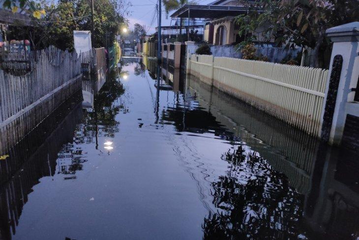 Air kembali naik merendam jalan dan rumah warga Banjarmasin