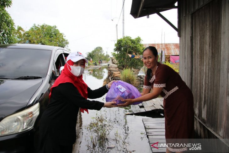 Gabungan istri wakil rakyat HSS peduli banjir bagikan bantuan