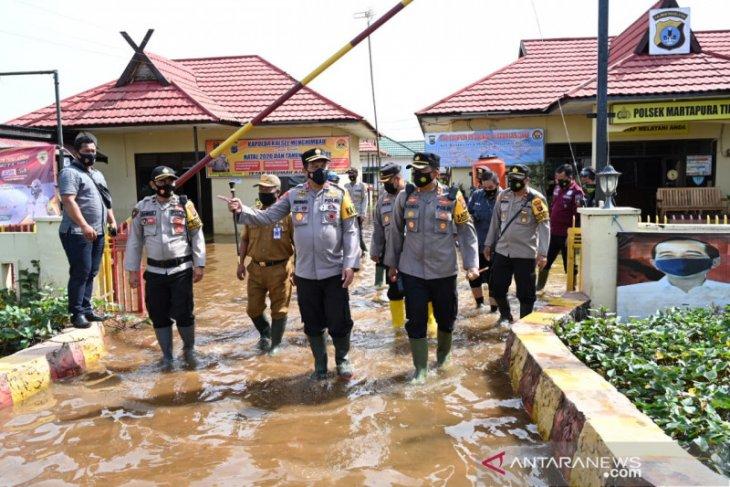 Kapolda Kalsel cek mapolsek yang tergenang banjir