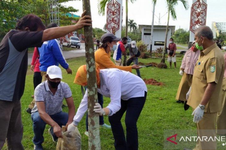 Disporapar Kalbar tata kawasan taman di GOR Pangsuma Pontianak