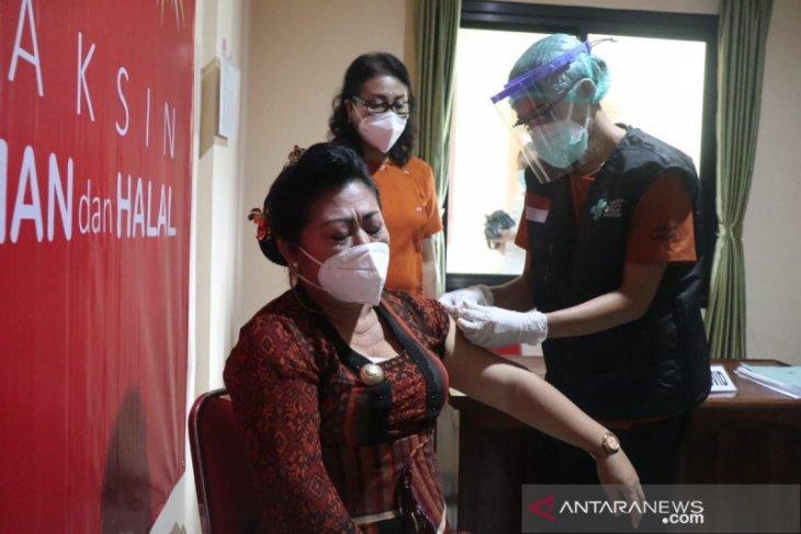 Bupati Karangasem Mas Sumatri jadi orang pertama disuntik vaksin COVID-19