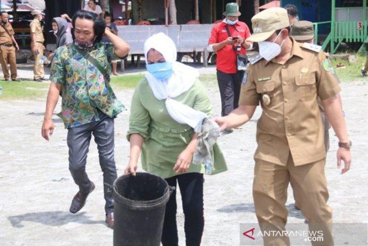 Viral buang sampah ke laut, IRT di Bengkulu dihukum bersihkan pantai