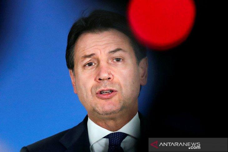 PM Italia Giuseppe Conte mundur