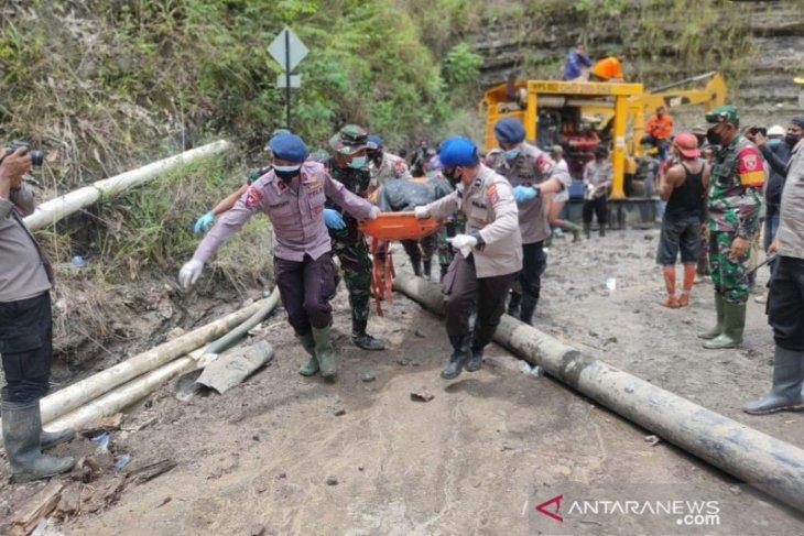 Tim SAR temukan dua korban longsor bekas galian tambang Tanbu