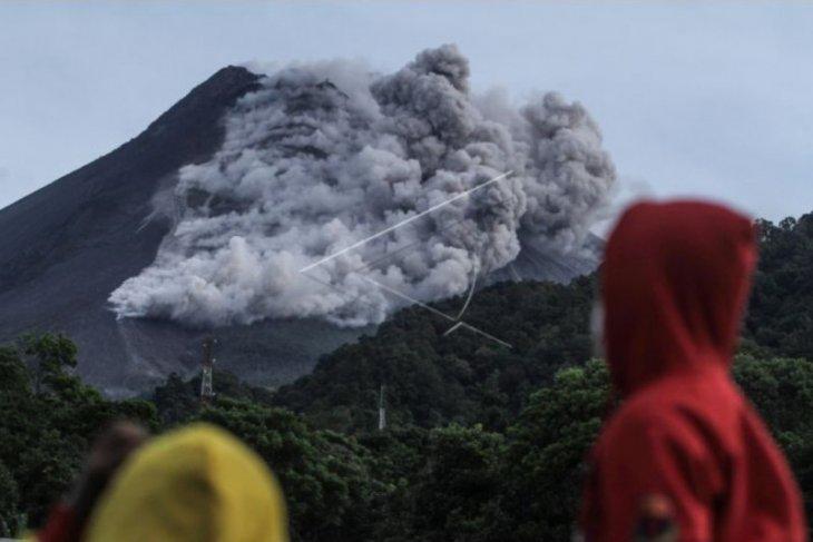 Awan  panas guguran Gunung Merapi meluncur sejauh 3.000 meter