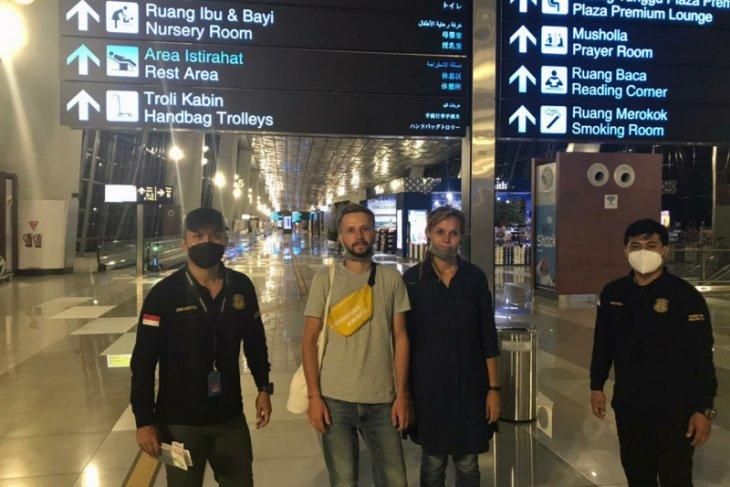 Imigrasi deportasi dua turis Belarusia karena bisnis online di Bali