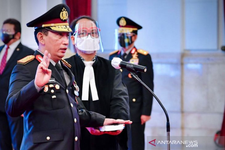 Jenderal Idham Azis serahkan Panji Polri Tribrata ke Kapolri Listyo Sigit