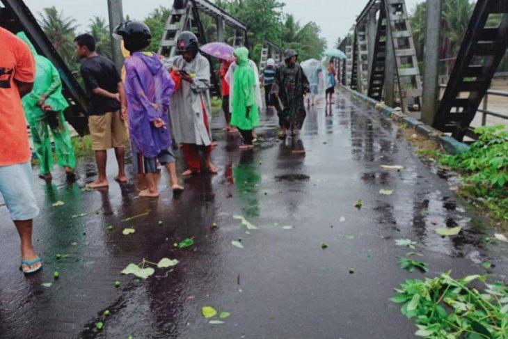 IKA Smansa 90 Ternate salurkan ratusan paket sembako ke korban banjir di Malut