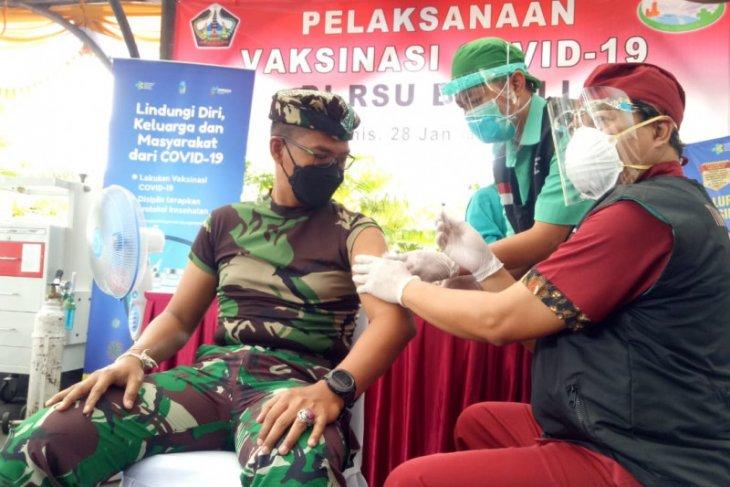 Puluhan nakes di Bali ikuti vaksinasi COVID-19 pertama