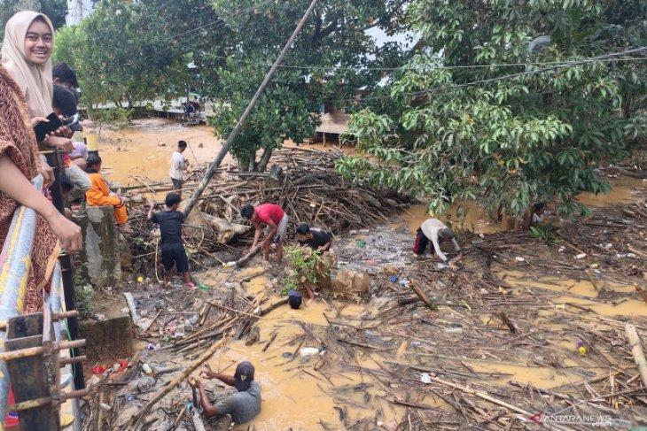 Video-Pascabanjir HST: 'Raba' masih menumpuk di sungai, warga Aluan Besar turun tangan