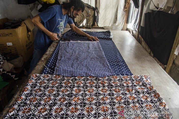 Produksi batik Reunceum di Bandung