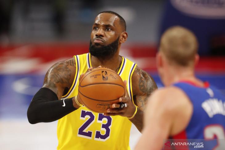Pebasket LeBron James resmi ganti nomor jersey