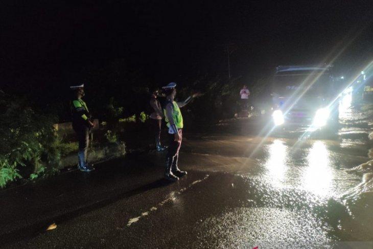 Personel polres diturunkan di jalur lintas Sulawesi tergenang banjir