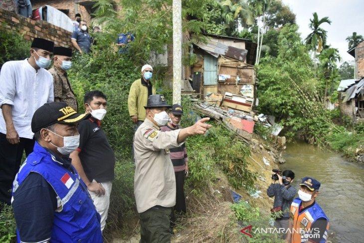 Wali Kota Jambi tinjau lokasi longsor akibat arus Sungai Kenali Besar