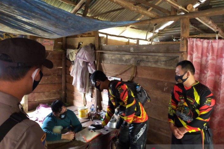 Polres Bangka Barat membagikan sembako kepada warga di Tempilang