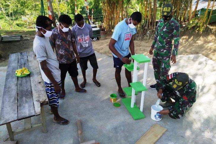 TNI ajarkan warga perbatasan membuat produk keterampilan