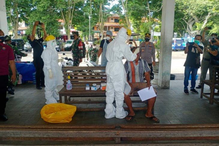 Puluhan warga di Pasar dan Terminal Pesiapan-Bali jalani rapid test antigen