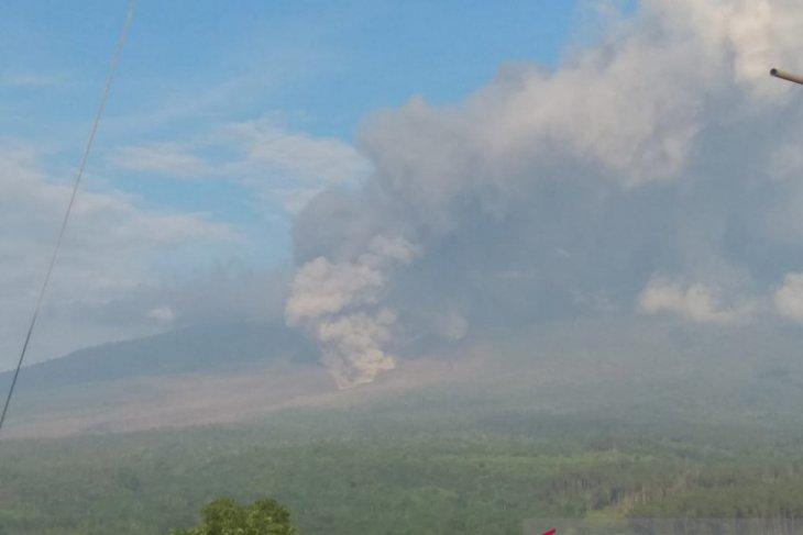 Gunung Semeru kembali luncurkan awan panas guguran, warga diminta waspada