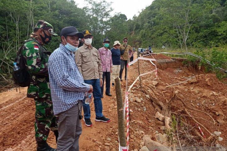 Jalan paralel perbatasan yang terputus di Bengkayang masih diperbaiki