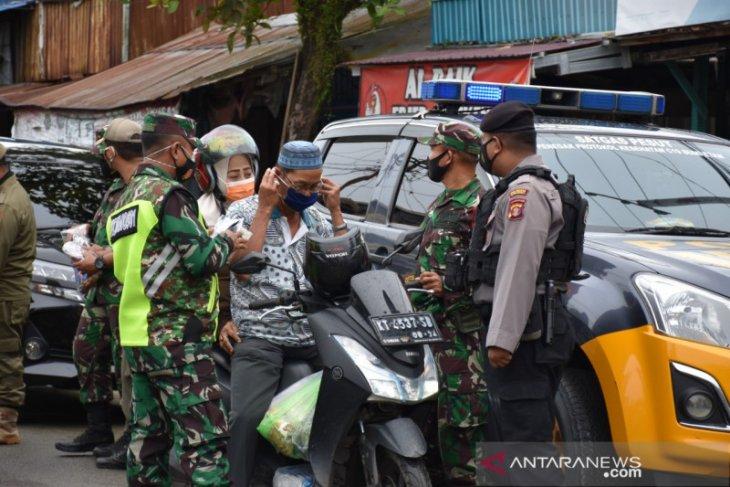 Korem 091/ASN dan Polresta Samarinda edukasi warga disiplin bermasker