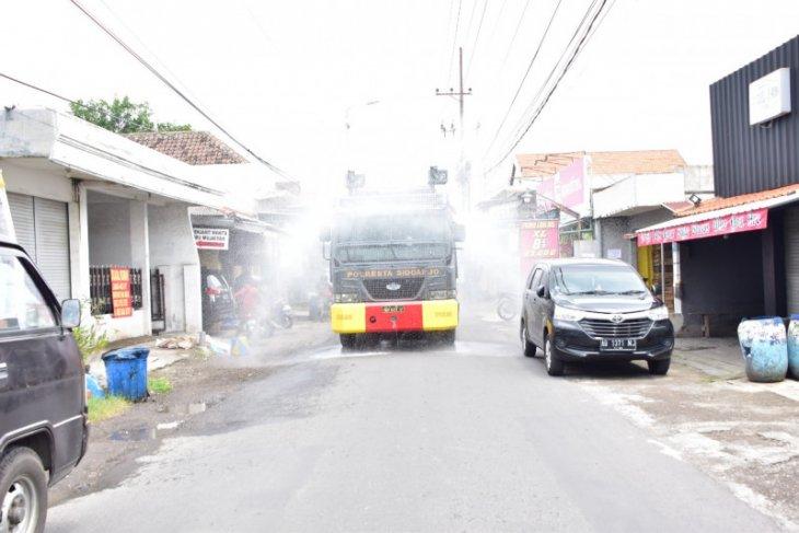 Polresta Sidoarjo semprot disinfektan dan bagi masker ke pelosok wilayah