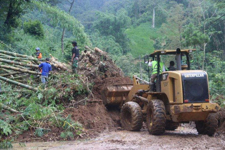 Longsor susulan kembali menutup akses jalan Malang-Kediri